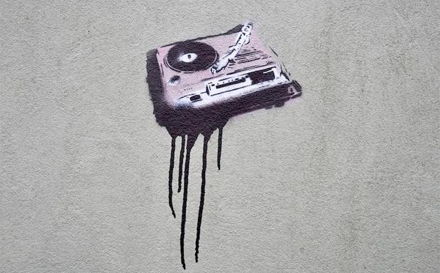 Turntable Stencil an einer Hauswand in Bristol