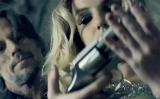 Britney mit Lover und Knarre im Clip zu Criminal