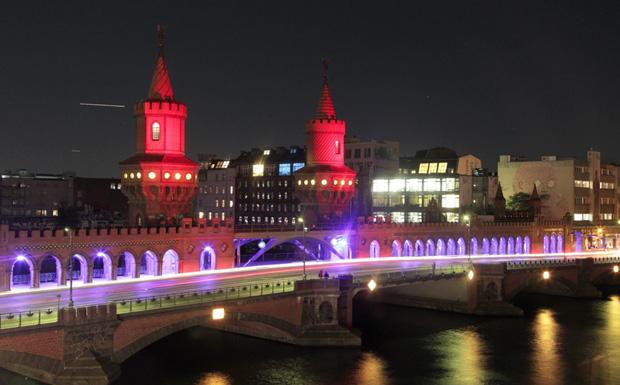 Die Oberbaumbrücke zwischen Friedrichshain und Kreuzberg. Auf Kreuzberger-Seite: Das Watergate.