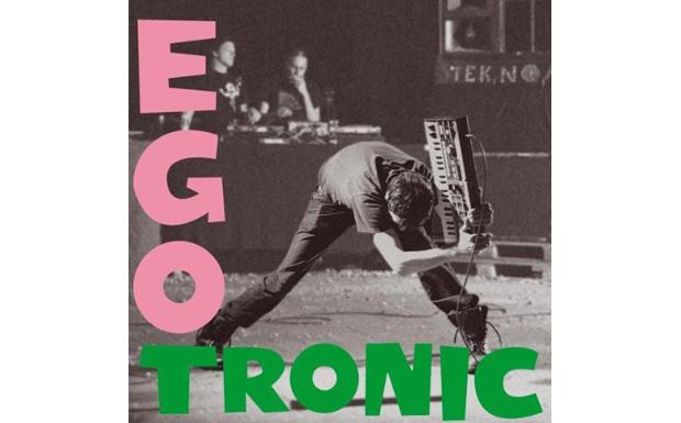Seitdem zerschmetterten verschiedenste Künstler verschiedenste Gegenstände. Hier Torsun von Egotronic mit einem Keybord...