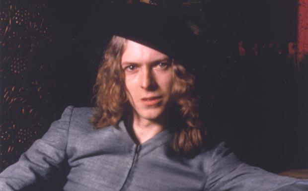 Für das Cover von 'The Man Who Sold The World' präsentiert sich Bowie 1971 erstmals bewusst androgyn in Kleid und mit lange