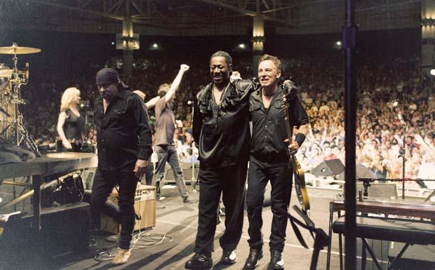 London Calling: Bruce Springsteen, Steven van Zandt und Clarence Clemons verlassen nach Konzertende die Bühne