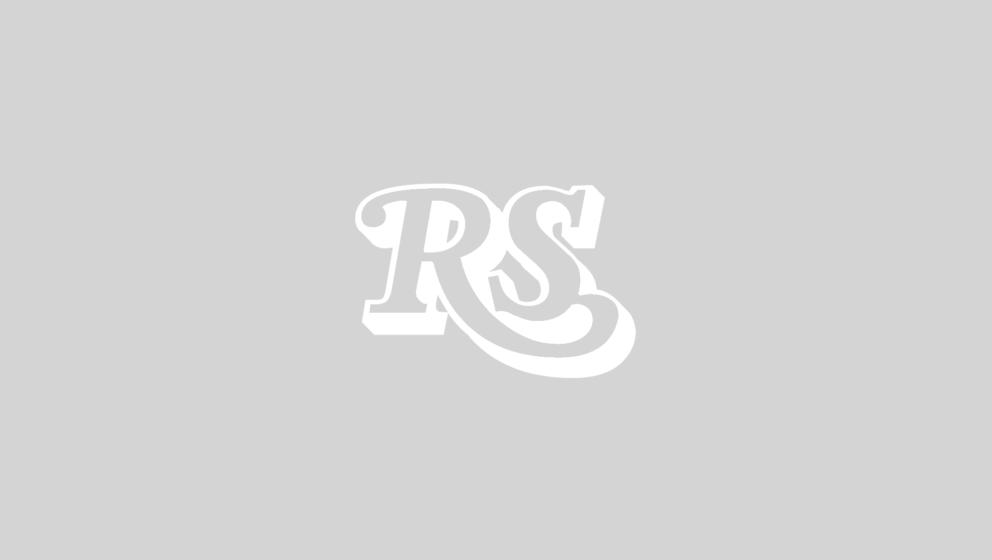 Lianne La Havas - wie man sie kennt - mit Dutt und schwarzweißer Gitarre.