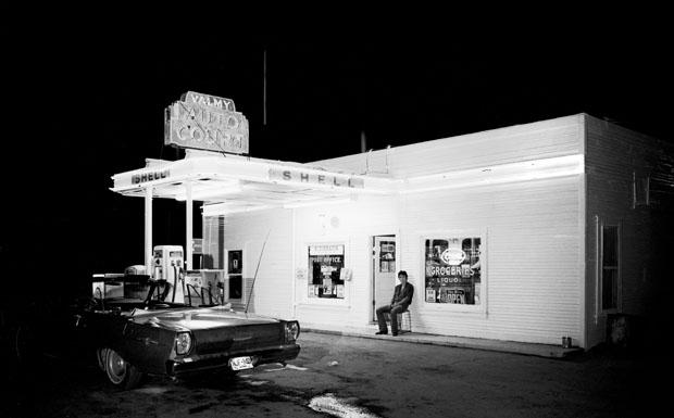 Springsteen zu dunkler Stunde auf einem Promofoto für 'Darkness on the Edge of Town Story'