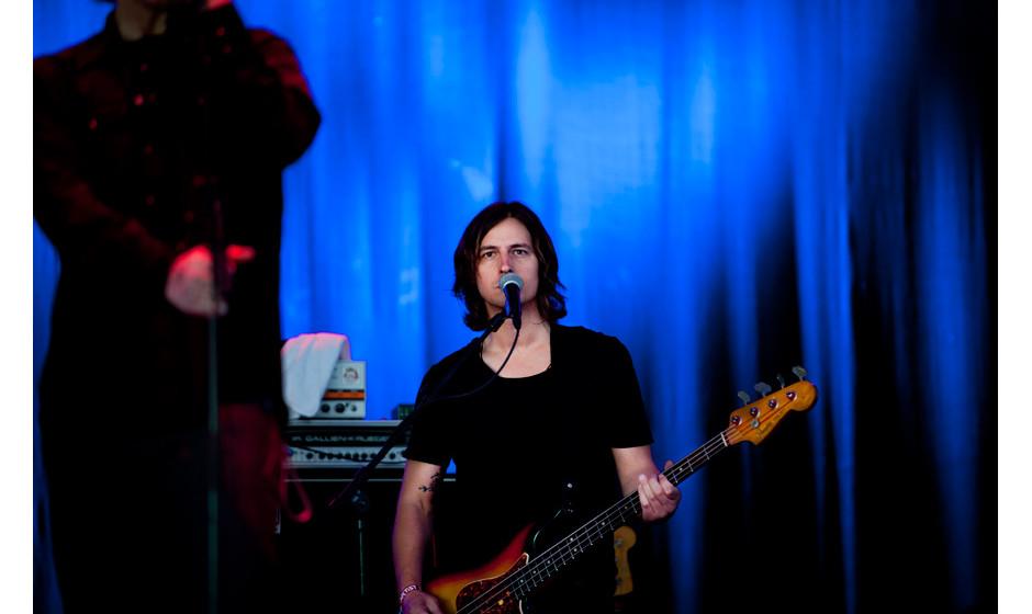 Während seine  Band für das düstere Klangbett sorgte, bewegte sich Lanegan kaum vom Mikroständer weg.