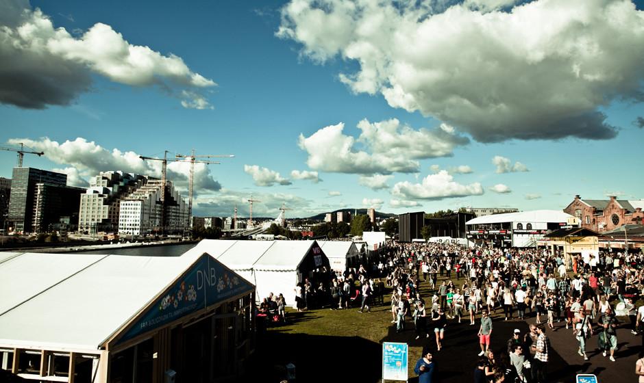 Das Oya Festival in Oslo findet vor einer tollen Kulisse statt. Die Bühnen stehen im grünen Mittelalterpark in Oslo. Im Hin