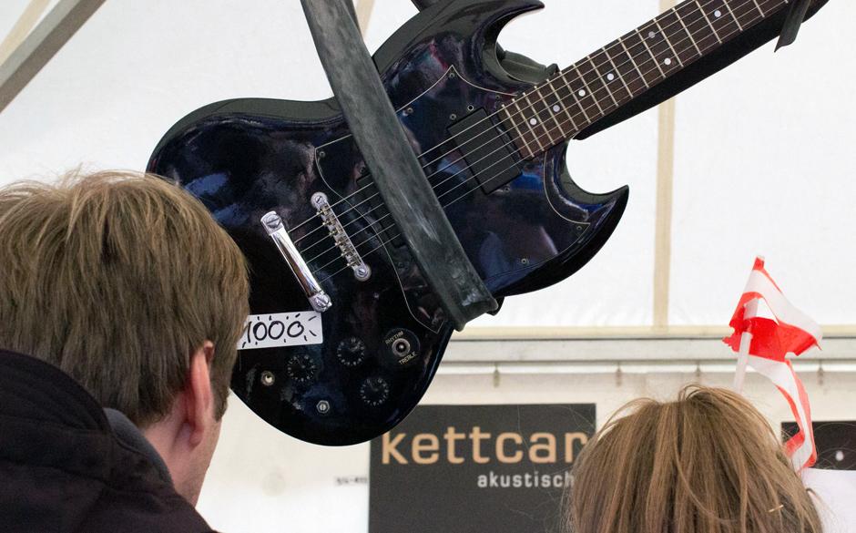 Und hat einer die Gitarre gekauft? Kann man mit Karte zahlen?