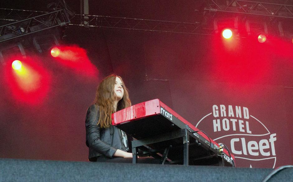 Die Keyboarderin der Thees Uhlmann Band.