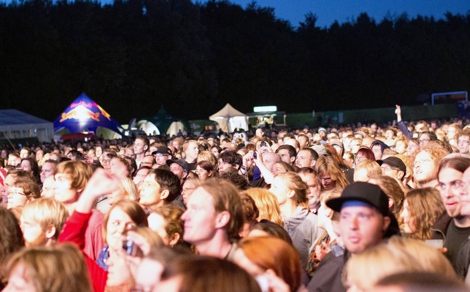 ... vor dem sich ein paar Tausend Fans versammelten.