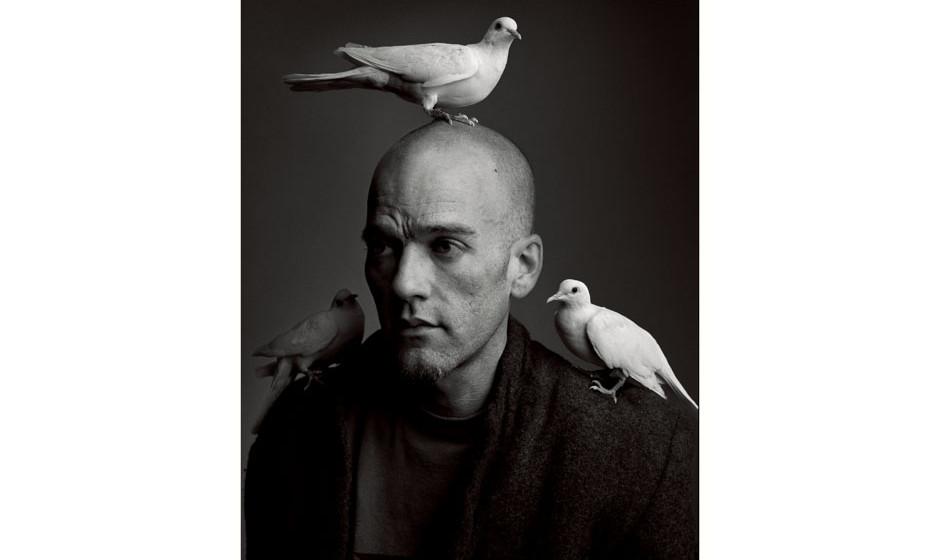 Michael Stipe mit gefiederten Freunden.