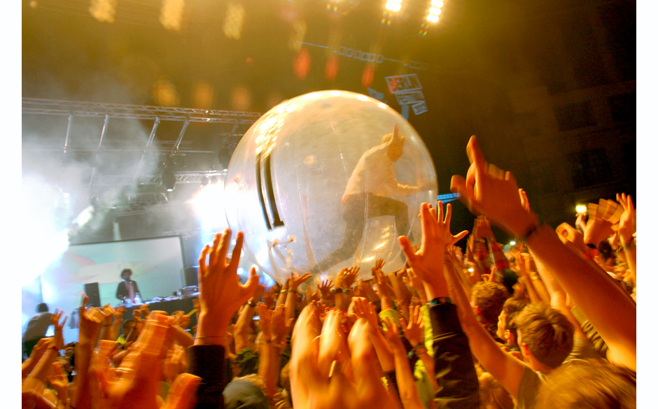 Crowdsurfing nach Major Lazer Art. Im Hamsterball