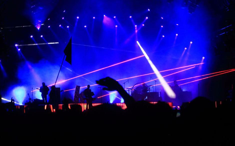 Eine Fahne im Laserfeuer.