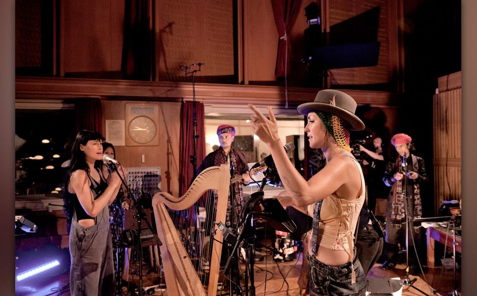 Bianca zählt die Truppe ein, Sierra hat eine Pause von der Harfe.