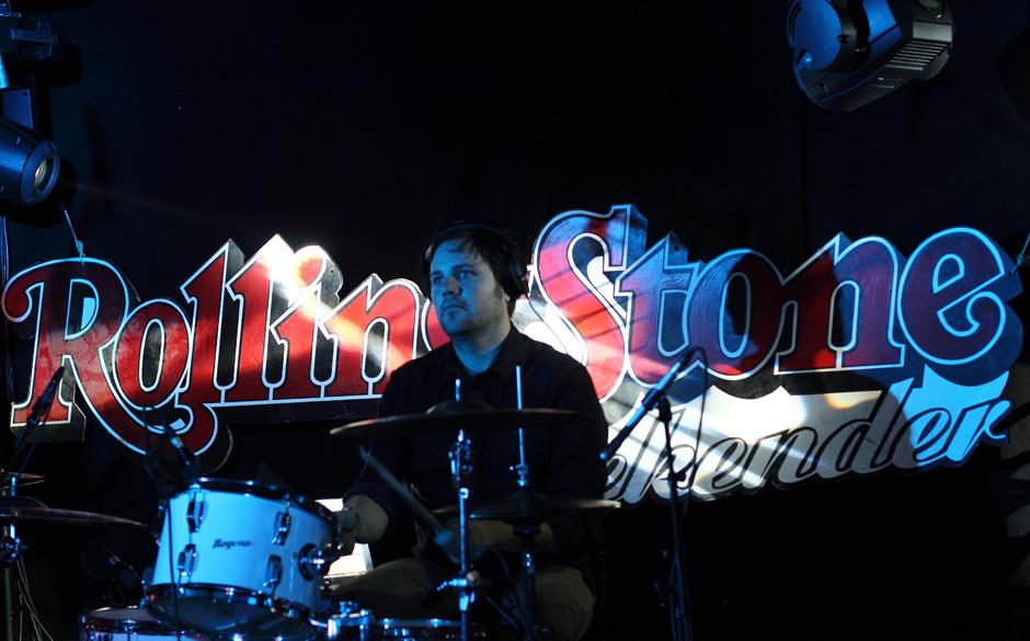 Bei Poliça gibt es gleich zwei Drummer. Hier sieht man Drew Christopherson.