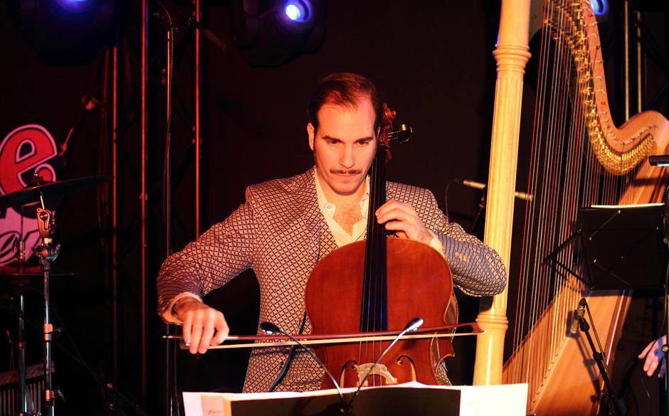 Ein Van Dyke Parks denkt natürlich dank jahrelanger Erfahrung in größeren Maßstäben: Streicher und ein Harfenist war auc