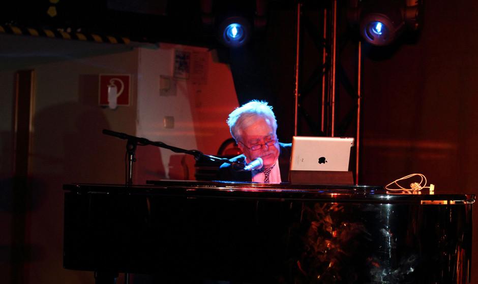 Van Dyke Parks. Als man in den Baltic Festsaal kam, musste man den Musiker erst einmal finden. Der hatte sich hinter seinem F