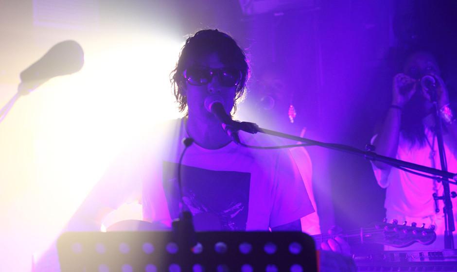 Wieso man im Baltic Festsaal eine Sonnenbrille benötigt ist zu später Stunde unklar. Vielleicht blendete Pierce ja das pink