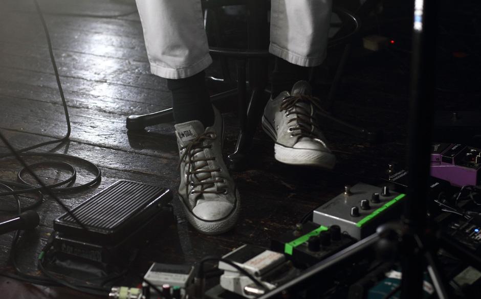 Gewollter Stilbruch? Die Chucks von Jason Pierce waren grau mit schwarzen Socken. Er dachte sicher, es merkt keiner. Falsch.