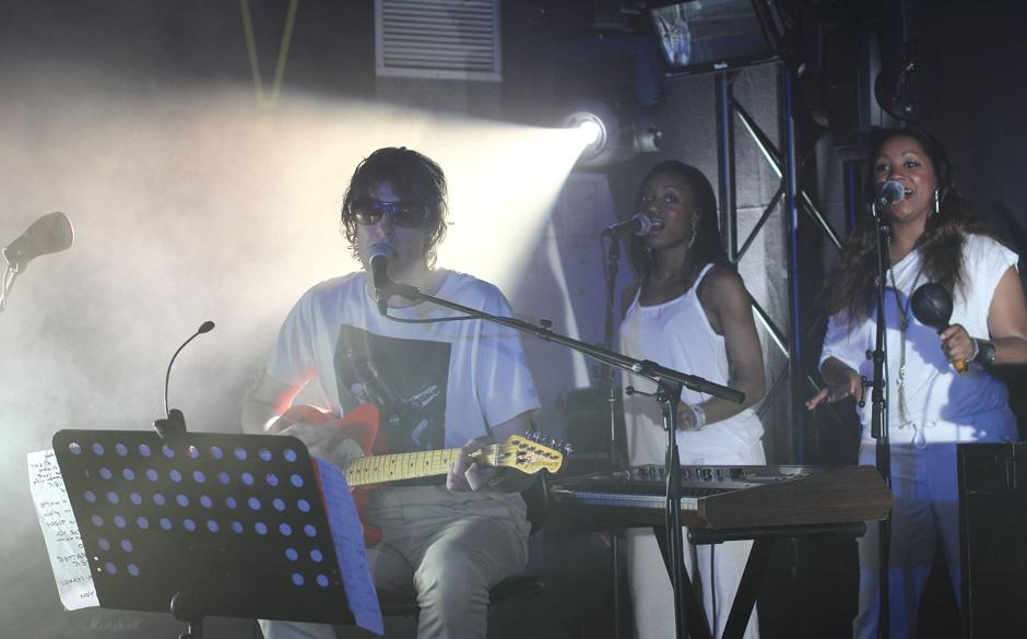 Bei Spiritualized war fast alles in weiß gehalten. Sogar die Backround-Sängerin, die kurz auf der Bühne gastierten hielten