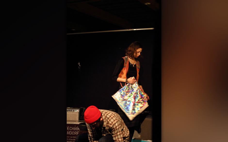 Das Bitten half nichts, Hannah Cohen wollte uns die Regenbogen-Tasche nicht geben.
