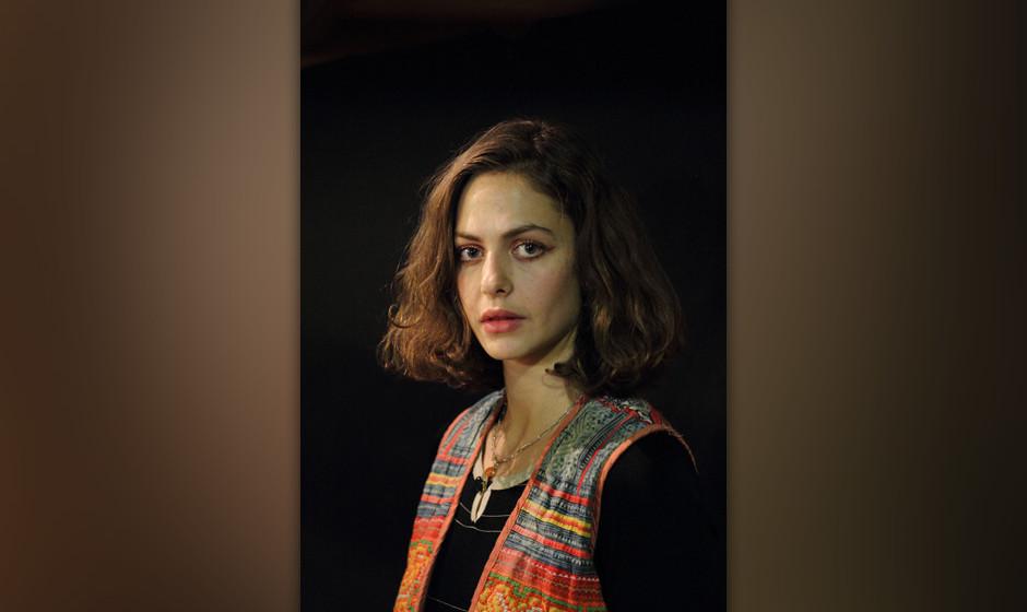 Tolle Portraitfotos, oder? Auch wenn sie sich darüber Gedanken machte, ob man nicht gut genug aussähe. Ähm, wie bitte?