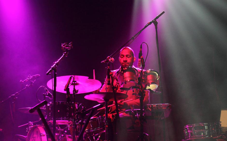 Als waschechter Drummer kann auch schönstes Pink den Gesamteindruck nicht zerstören. Earl Harvin von den Tindersticks