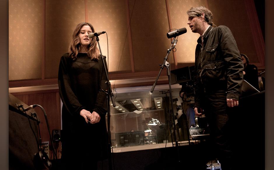 Dillon und Dirk von Lowtzow performen exklusiv für AUFNAHMEZUSTAND gemeinsam den Song 'Tip Tapping'.