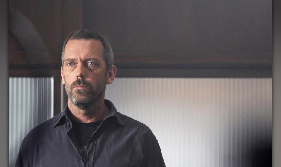House (Hugh Laurie) hat sich zwar freiwillig in eine psychiatrische Anstalt begeben, doch die Entzugserscheinungen machen ihm