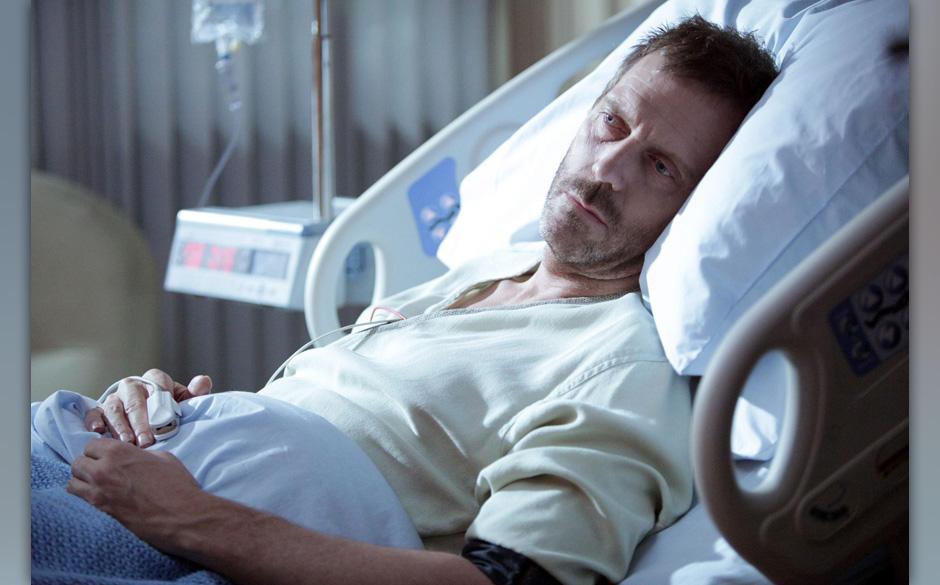 Als House (Hugh Laurie) nach seiner misslungenen Selbstbehandlung im Krankenhaus erwacht, gilt sein erster Gedanke seinem Bei
