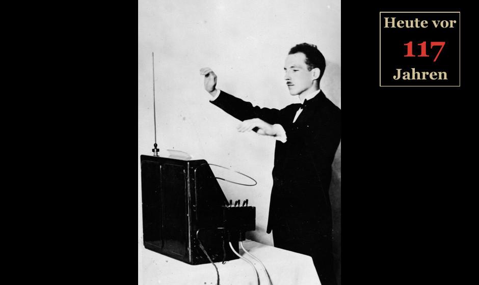 12. Dezember 1927:  Professor Leon Theremin demonstriert sein Instrument.