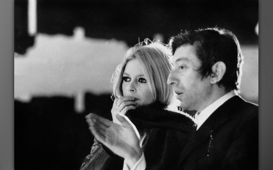Brigitte Bardot et Serge Gainsbourg sur le plateau du Jour de l'An realise par FrancoisReichenbach le 22 Decembre 1967  --- B