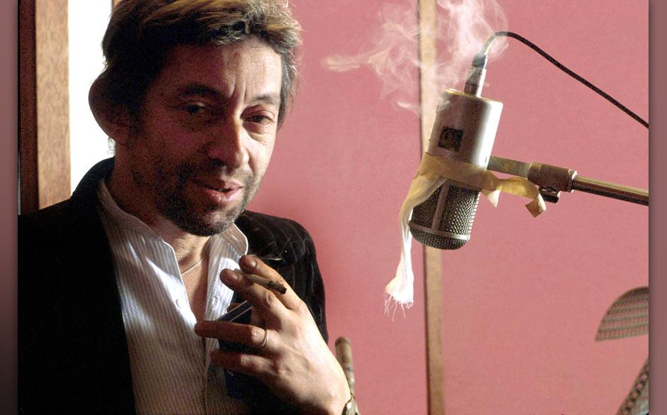 Le chanteur Serge Gainsbourg lors d'une session d'enregistrement vers 1987 --- French singer Serge Gainsbourg during recordin
