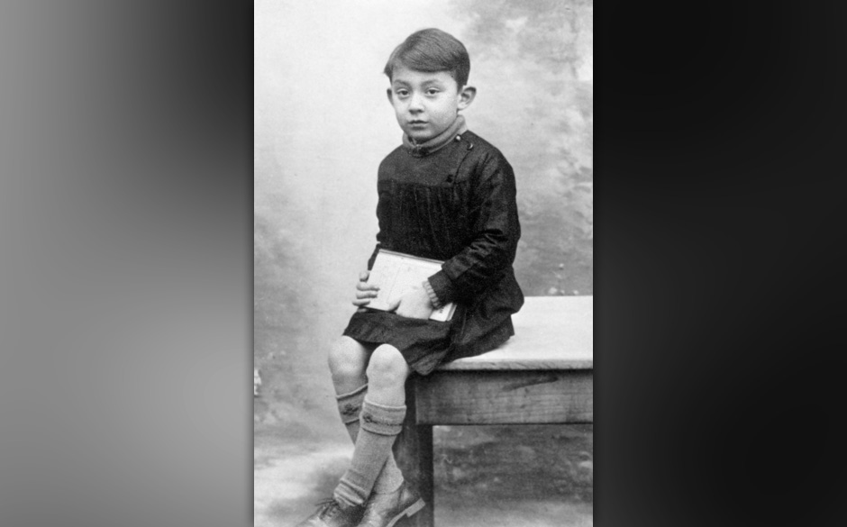 Serge Gainsbourg (1928-1991) ici enfant en 1934   --- Serge Gainsbourg (1928-1991) here as a child in 1934