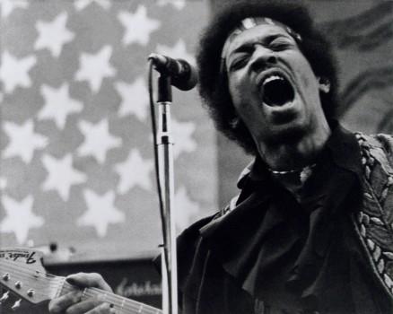 Johnny Rotten hatte diese Qualität, Kurt Cobain auch. Als Mann wollte man einfach Mitglied in ihrem Club sein. Hendrix war schüchtern und freundlich und unglaublich nett, aber er war auch abgefuckt und unsicher. Ich hatte das Glück, mit ihm nach Gigs ein paar Stunden rumzuhängen und dabei zu beobachten, wie sich diese energiegeladene, schillernde Bühnen-Persona wieder in Jimi Hendrix zurückverwandelte.