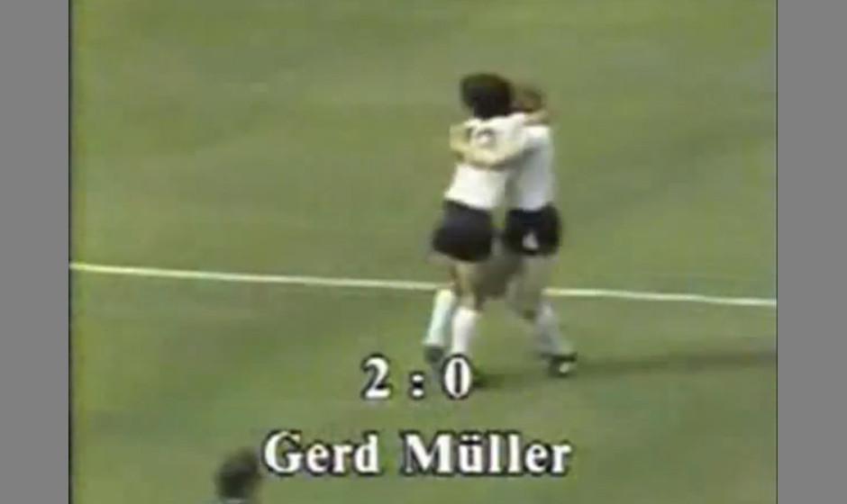 Gerd Müller - 'Dann macht es Bumm'. Traniger wie charmanter Ellbogen-Schunkler des kleinen dicken Müller. Boing, Zack, Bumm