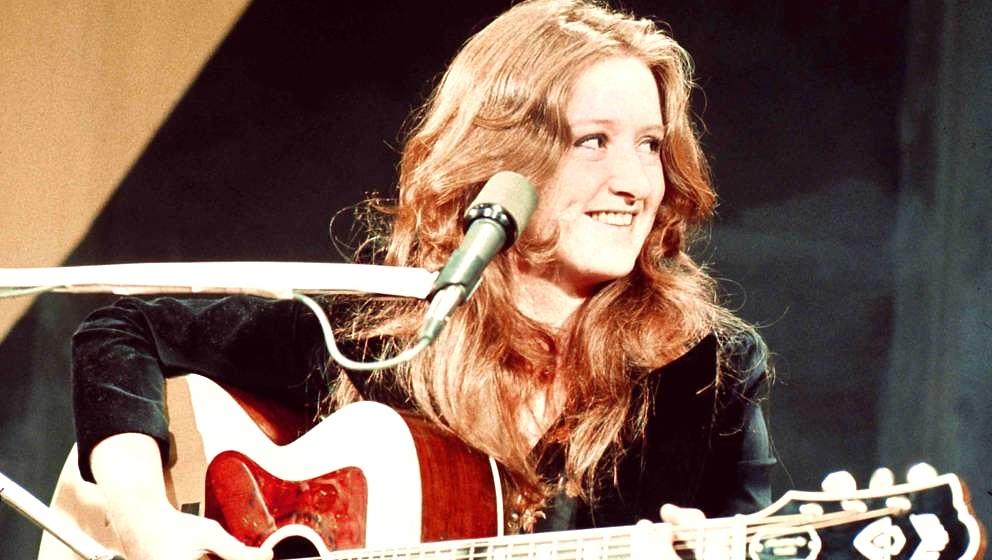 SAN FRANCISCO - February 25, 1975:  Blues singer, songwriter and slide guitar player Bonnie Raitt at a television studio Febr