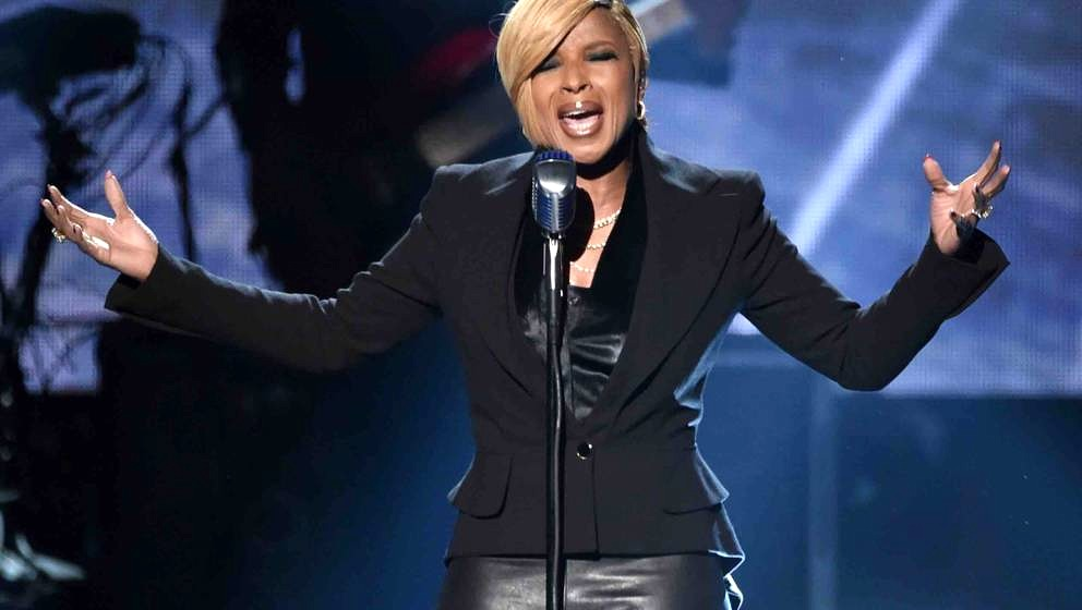 LOS ANGELES, CA - NOVEMBER 23:  Recording artist Mary J. Blige performs onstage at the 2014 American Music Awards at Nokia Th