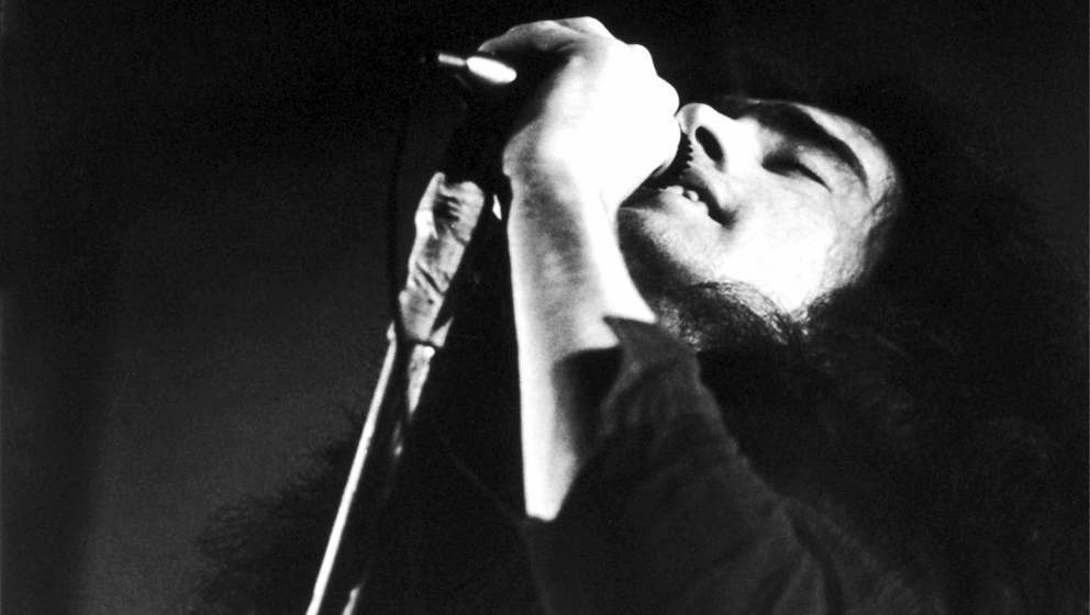 Paul Rodgers of Free performs on stage at Newcastle City Hall, 1972. (Photo by Michael Putland/Getty Images)