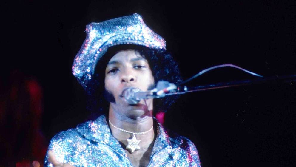 Sly Stone of Sly And The Family Stone performs on stage in 1974 in Los Angeles. (Photo by Gijsbert Hanekroot/Redferns)