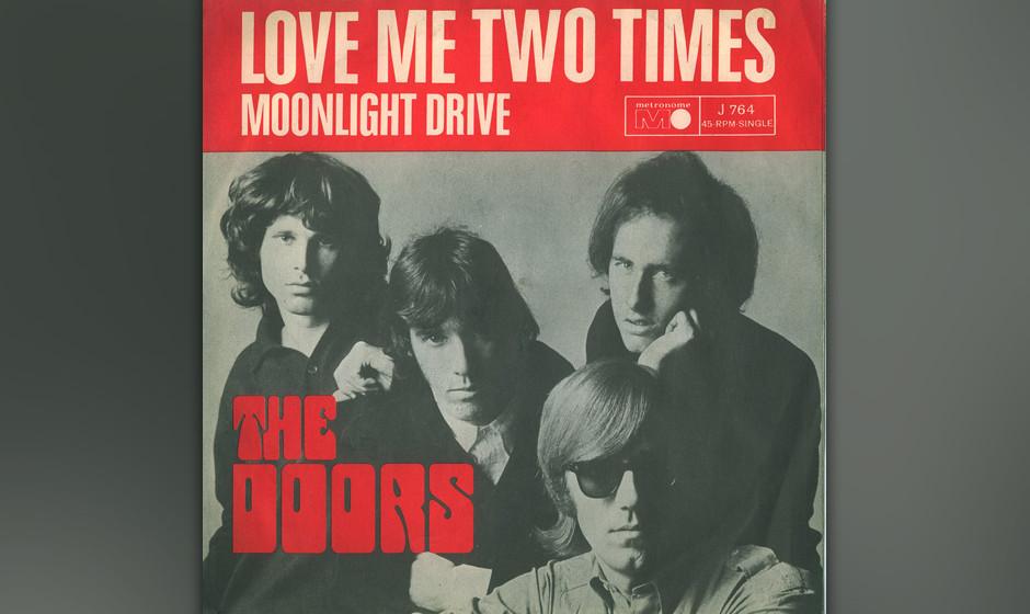 2. Love Me Two Times. In einer kleinen Bumsbude, matratze und Weinflasche auf dem Boden, flatternde Gardinen, draußen Kalifo