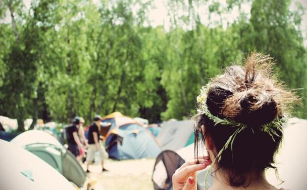 ...oder mit einem Blumenkranz auf dem Kopf auf den Campingplatz.