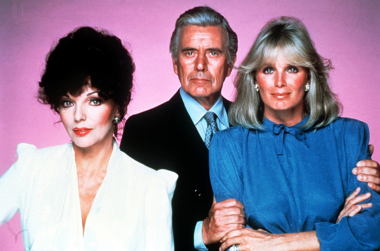 ARCHIV - Joan Collins als Alexis Carrington, John Forsythe als ihr geschiedener Mann Blake Carrington und Linda Evans als sei