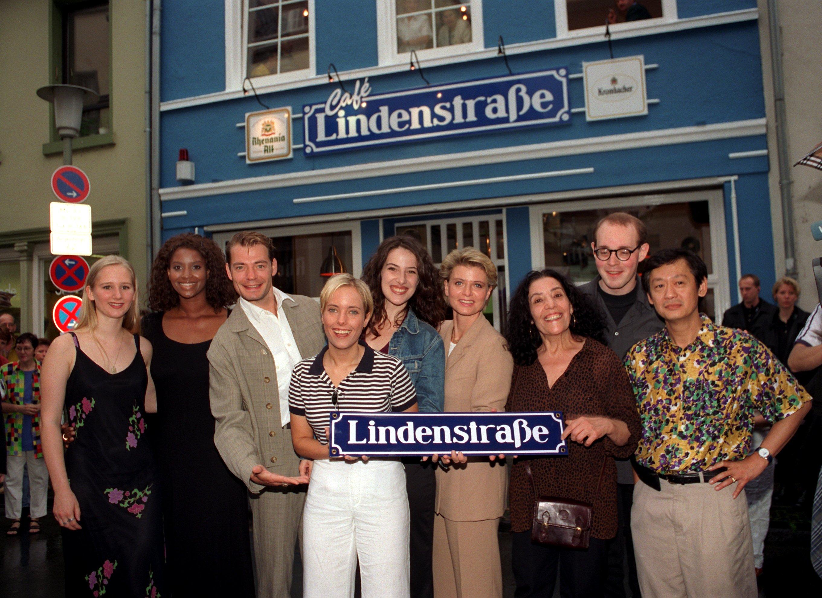 Die Darsteller der ARD-Serie 'Lindenstraße' (l-r) Sontje Peplow (Lisa), Liz Baffoe (Marie), David Wilms (Theo Klages), Nadin