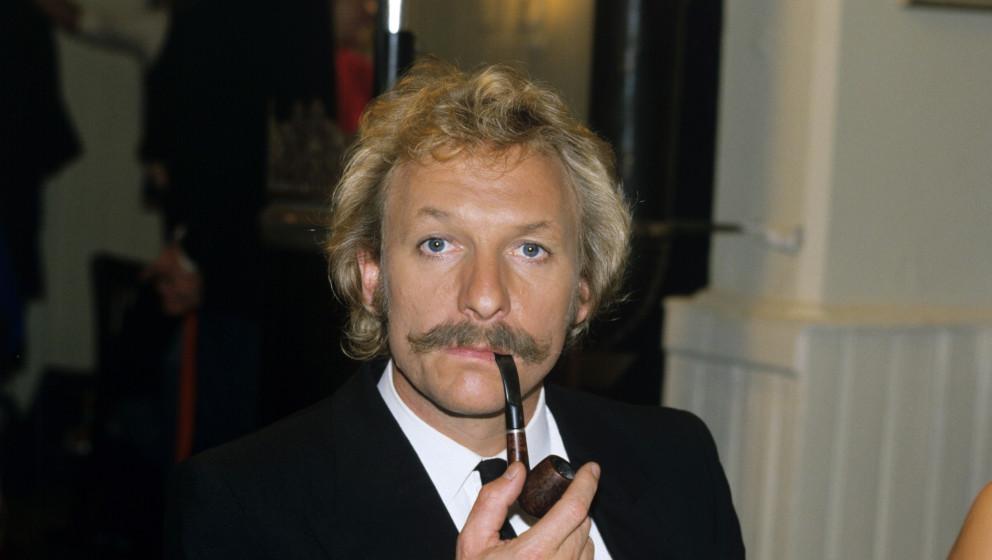 Der Schauspieler Franz Xaver Kroetz mit Tabakspfeife als Baby Schimmerlos. Aufnahme vom November 1985. Die sechsteilige ARD-F