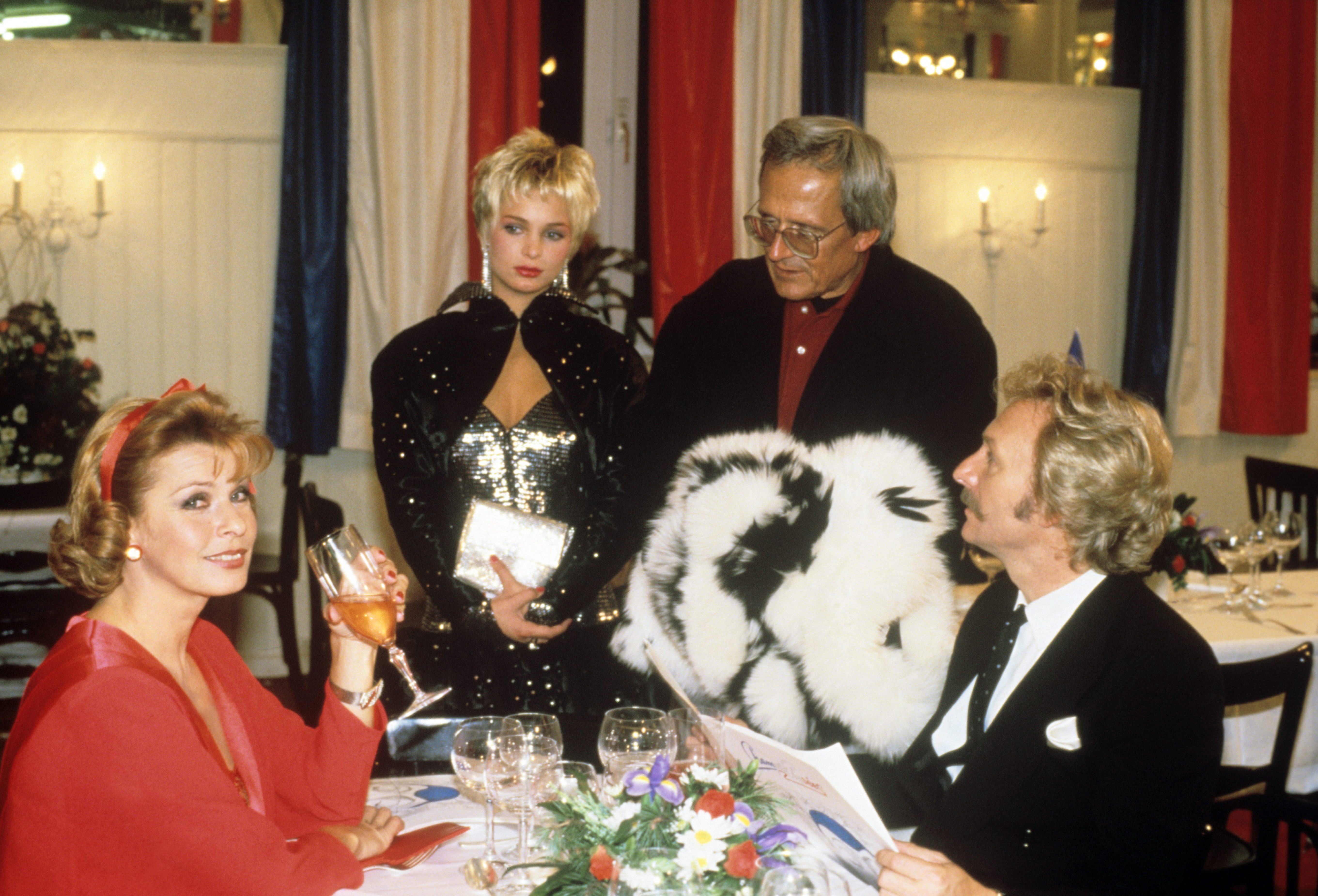 Szene mit (l-r) Senta Berger als Mona, Corinna Drews als ein Starlet, Dieter Hildebrandt als Fotograf Herbie Fried und Franz