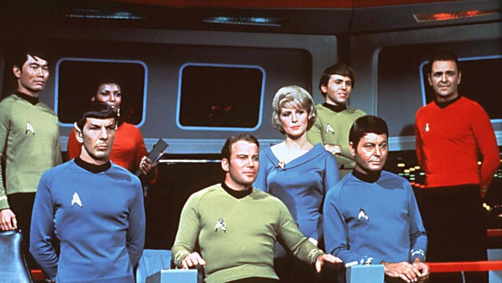 ARCHIV- Die Crew des Raumschiffes USS Enterprise auf der Brücke in einer Szene der gleichnamigen Serie  George Takei