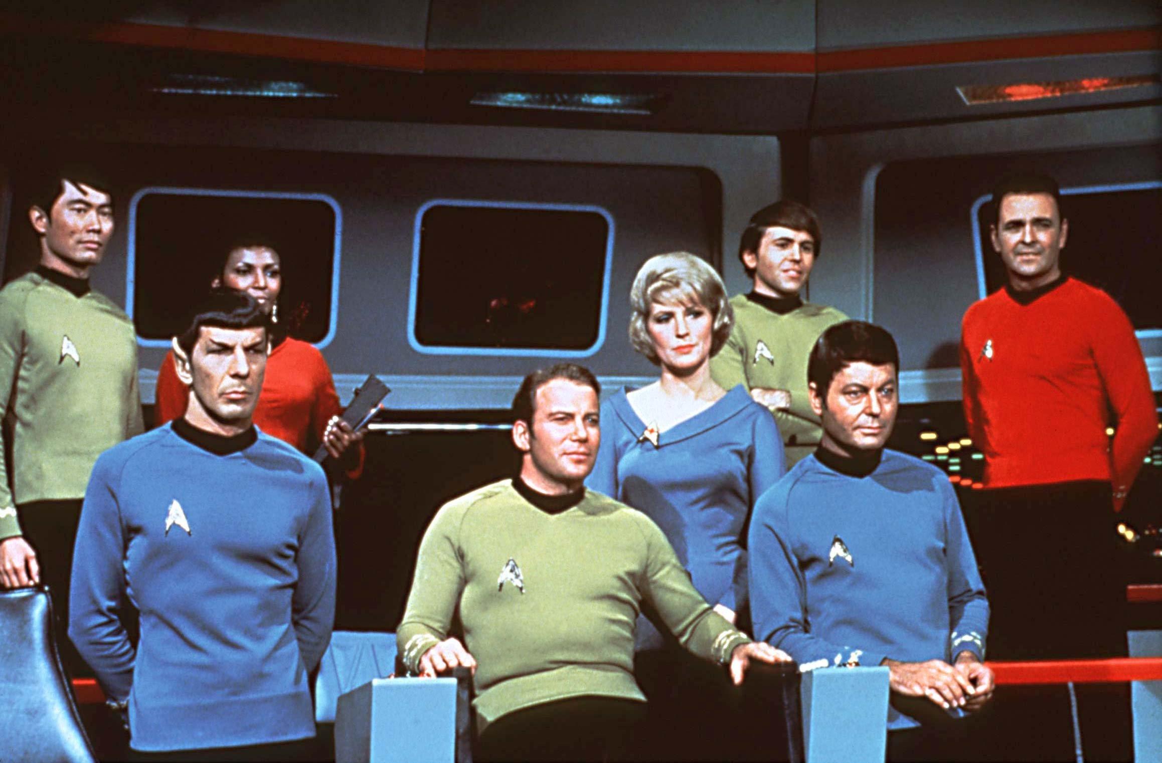 ARCHIV - Die Crew des Raumschiffes USS Enterprise auf der Brücke in einer Szene der gleichnamigen Serie: (l-r) George Takei