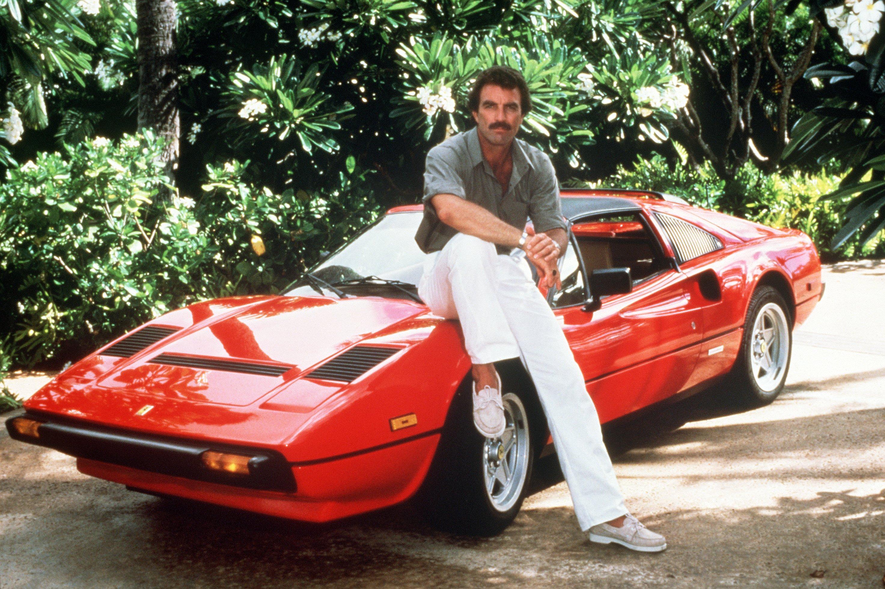 Tom Selleck als Thomas Magnum mit seinem roten Ferrari in einer Szene der TV-Serie 'Magnum'. (Aufnahme von 1985).