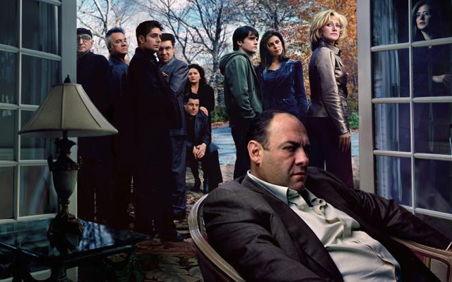 Tony Soprano (James Gandolfini) und Gefolge  Es beginnt mit den Enten, die im Swimmingpool der Familie Soprano schwimmen. Fü