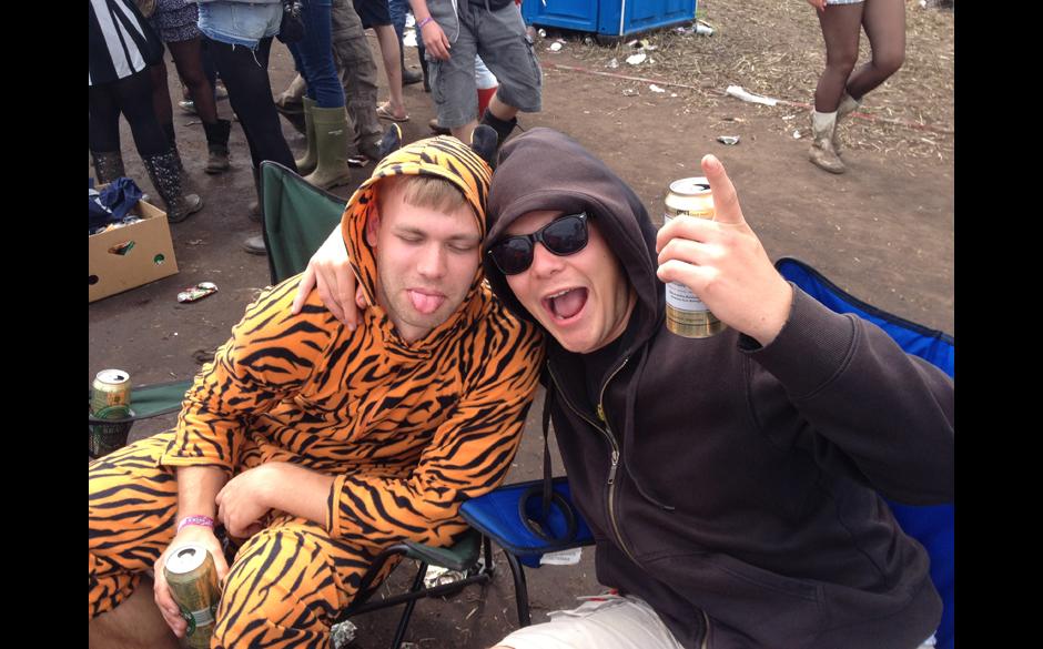 RS fragt: Wie kann man euch an diesem Wochenende rumkriegen? BEIDE: Mit einem Tigerkostüm.